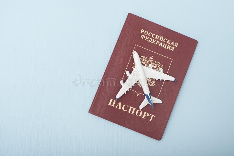 Samolot na rosyjskim paszporcie samochodowej miasta pojęcia Dublin mapy mała podróż Błękitny backgroun obrazy stock