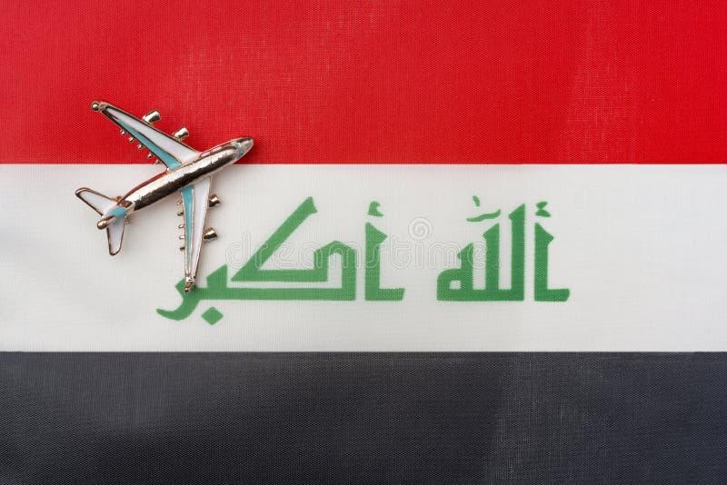 Samolot nad flagą Iracki podróży i turystyki pojęcie zdjęcie royalty free