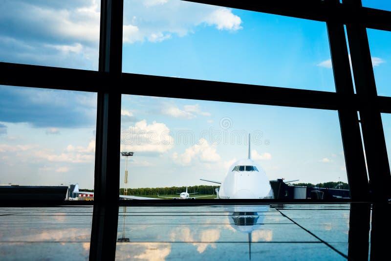 Samolot obramiający lotniskowymi okno fotografia royalty free