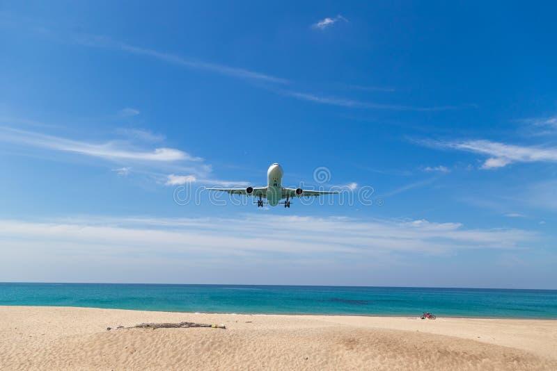 Samolot pasażerski zdejmuje w chmurnym niebie Samolot lata nad morzem i tropikalną wyspą zdjęcia stock