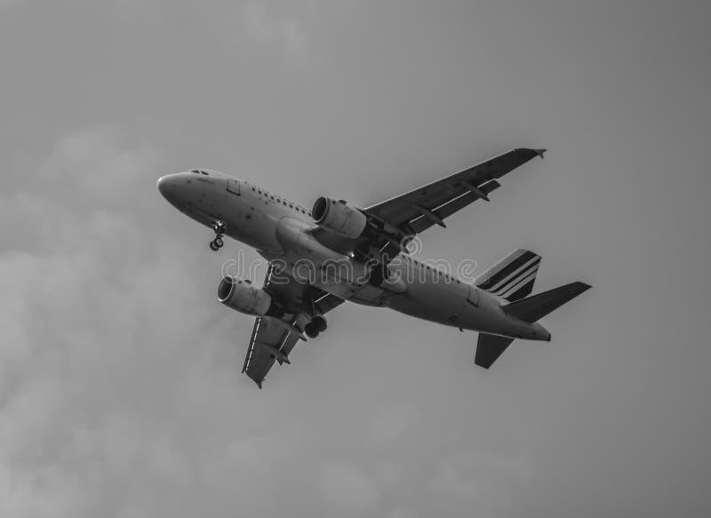 Samolot pochodzi niebo zdjęcia royalty free