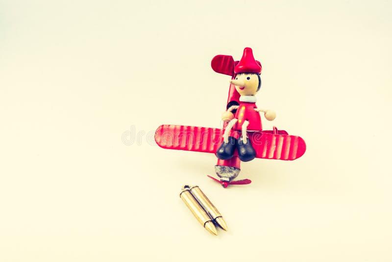 Samolot, pocisk i drewniana pinocchio lala, obraz royalty free
