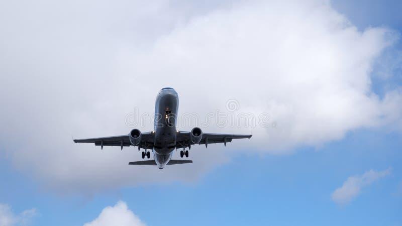 Samolot pod chmurą zdjęcia stock
