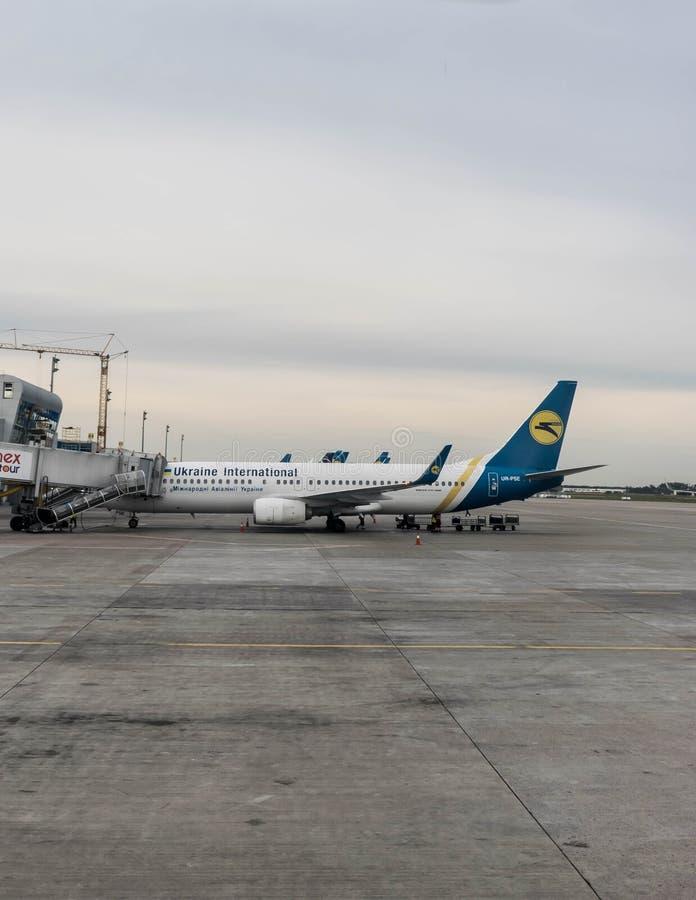 Samolot przy lotniskowym terminal fotografia stock