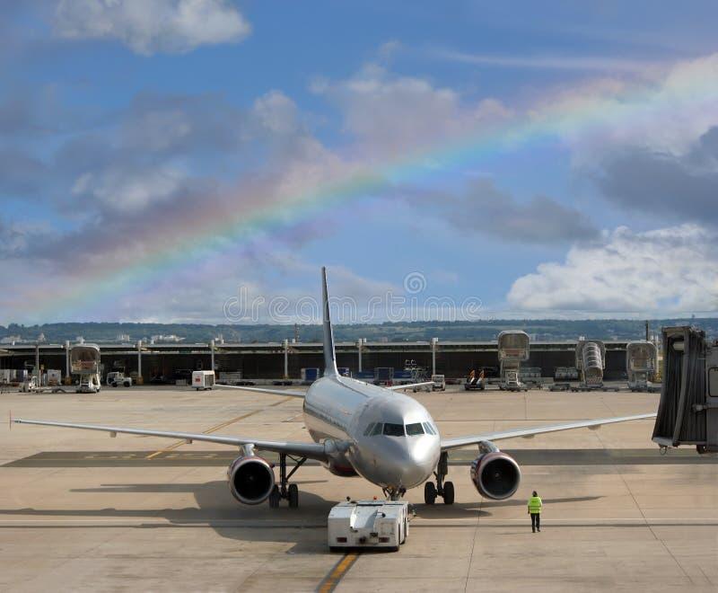 Samolot przy tęczy lotniskiem. obraz royalty free
