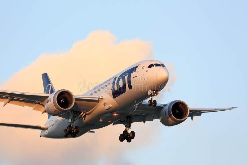Samolot przyjeżdża od Warszawskiego Polska zdjęcie royalty free