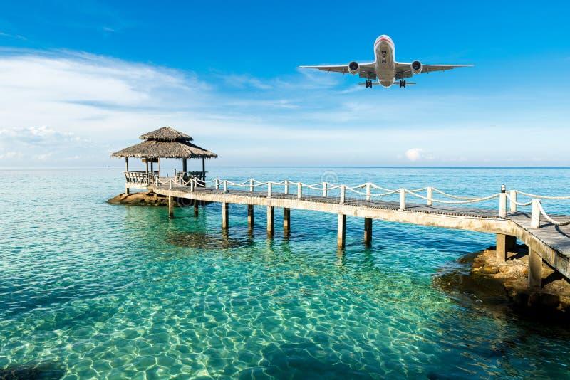 Samolot przyjeżdża tropikalnego kurort w ranku obrazy stock
