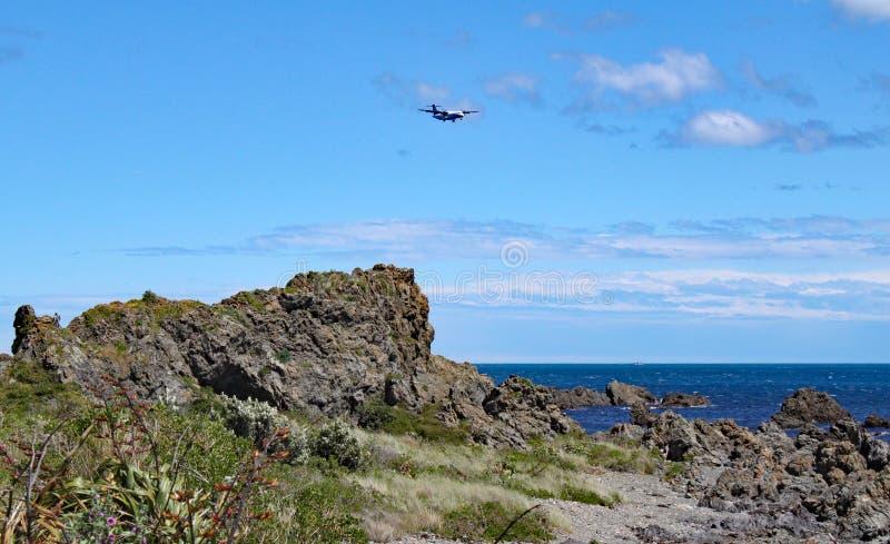 Samolot robi mię jest definitywnym podejściem Wellington lotnisko nad niewygładzonym wybrzeżem Kucbarskie cieśniny fotografia stock