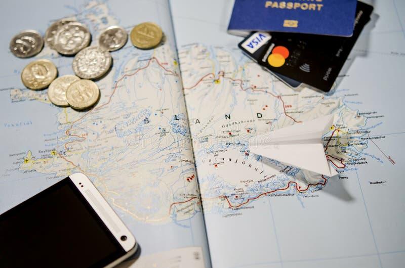 Samolot, smartphone, biometryczny paszport, dolary, monety i karty kredytowe, kłamamy na mapie obrazy royalty free