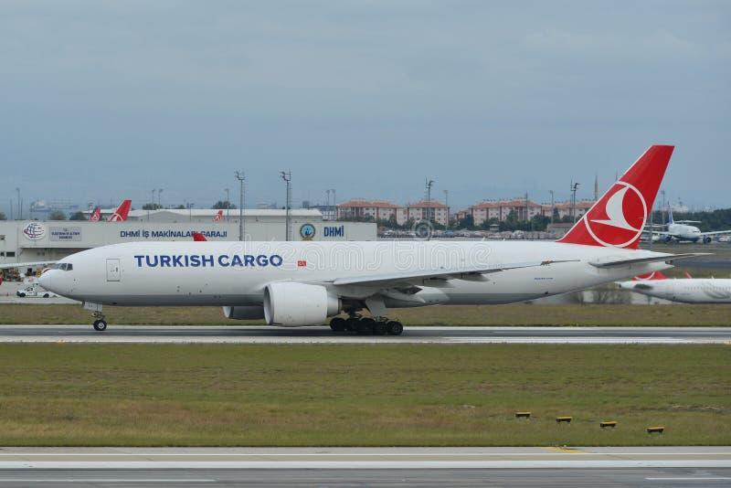 Samolot taxiing na pasie startowym lotnisko obraz stock