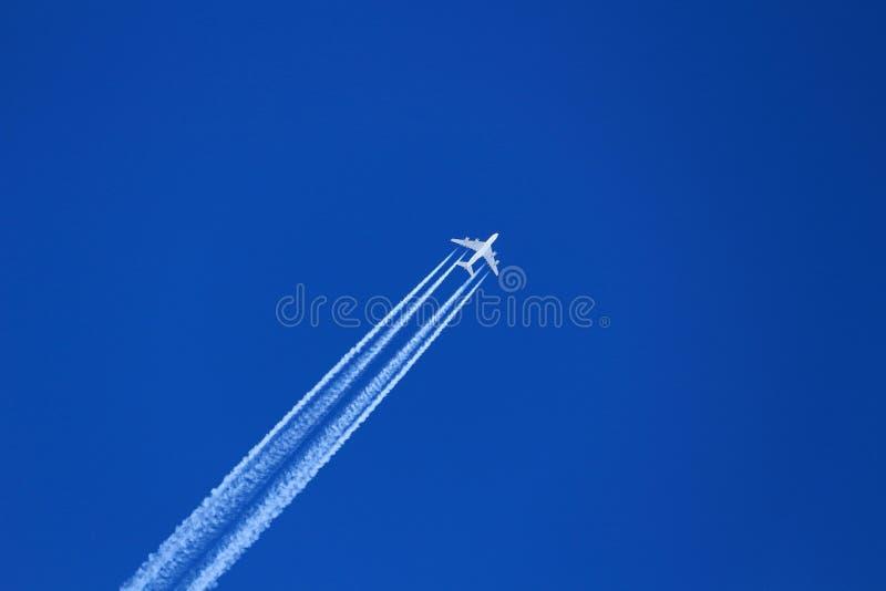 Samolot w modrym niebie z śladem fotografia royalty free