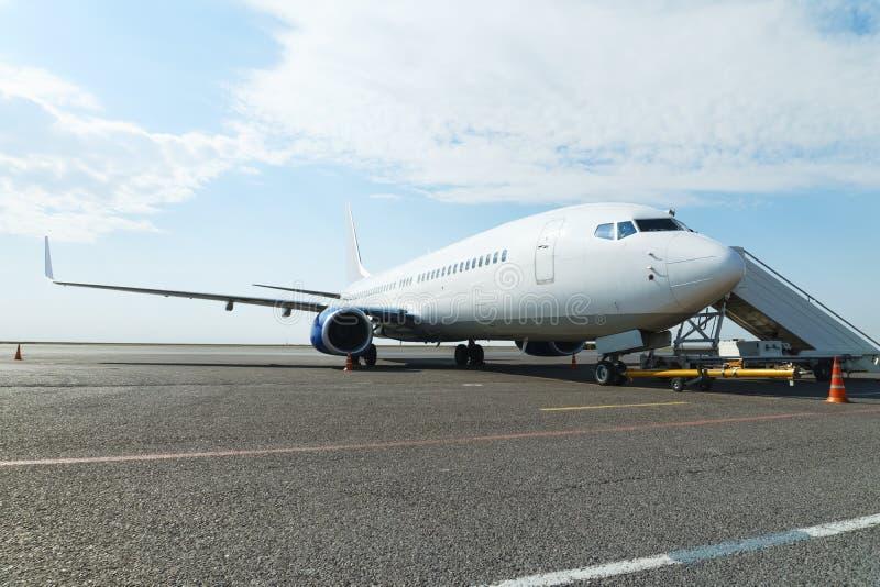 Samolot w parking z dostosowywającym pasażerem przy lotniskiem obrazy stock
