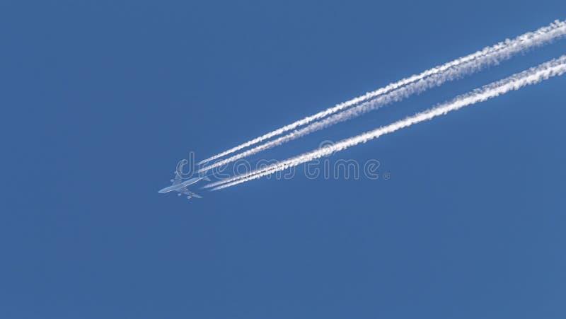 Samolot wznosi się w niebie obraz stock