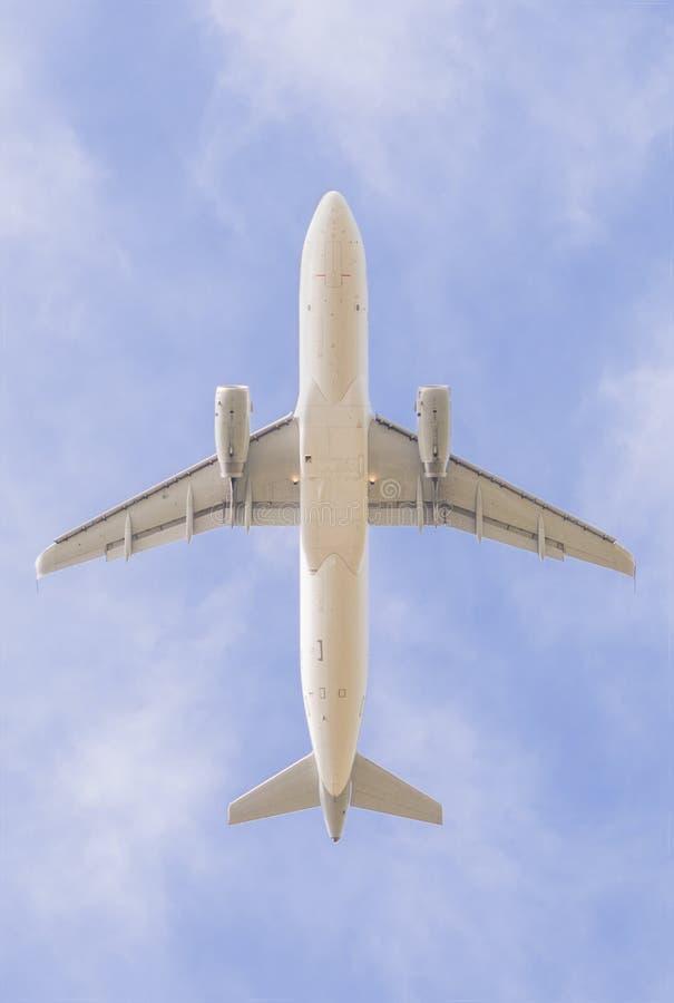 Samolot zdejmuje, fotografujący spod spodu zdjęcie royalty free