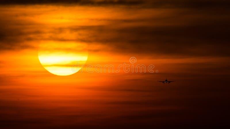 Samolotowa sylwetka na zmierzchu, definitywny podejście zdjęcia stock