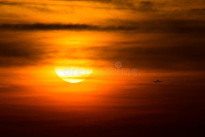 Samolotowa sylwetka w słońcu, podejście na pasa startowego lądowaniu zdjęcie royalty free