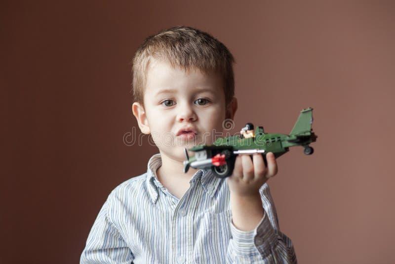 samolotowej chłopiec śliczna mała bawić się zabawka zdjęcia royalty free