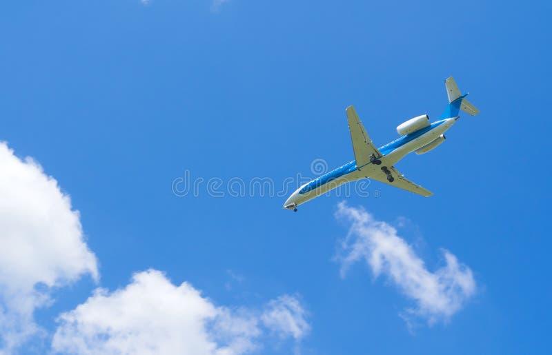 samolotowy błękit chmurnieje niebo biel zdjęcia stock