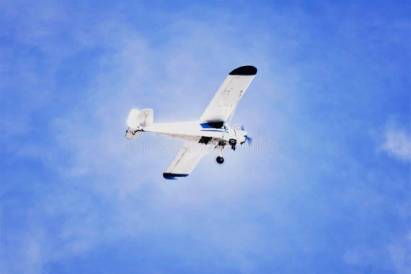 Samolotowy latanie nad jasny nieba podróżować obraz royalty free