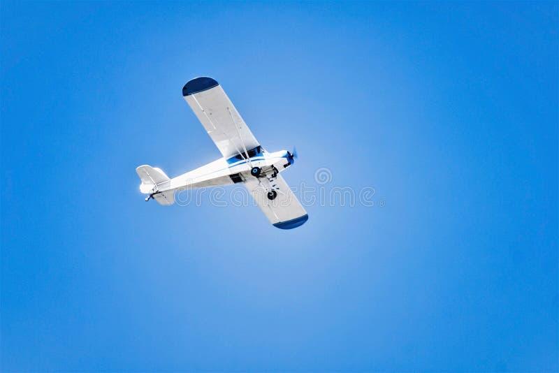 Samolotowy latanie nad jasnym niebem obrazy stock
