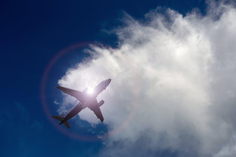 Samolotowy latanie pod niebieskim niebem i biel chmurą obrazy stock