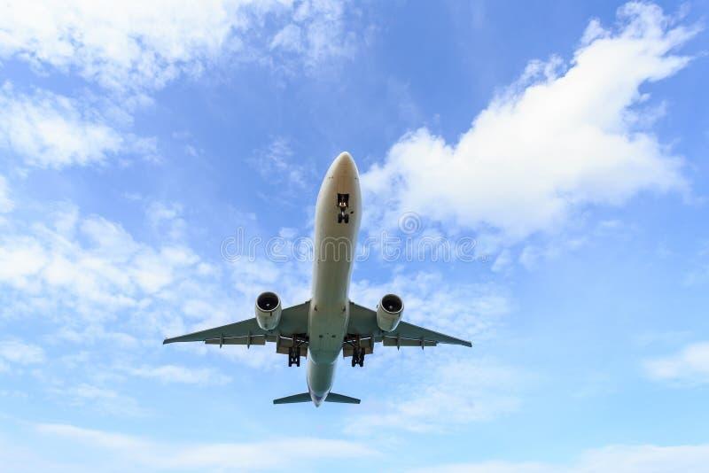 Samolotowy latanie pod niebieskim niebem i biel chmurniejemy w Tajlandia fotografia royalty free