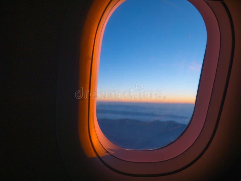 Samolotowy okno przy wschodem słońca fotografia royalty free