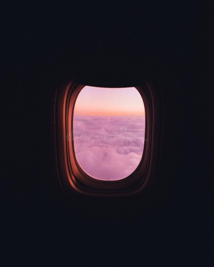 Samolotowy okno z chmurami obraz stock