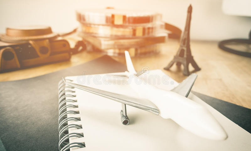 Samolotowy podróży blogger planowanie dla Paryż obrazy royalty free