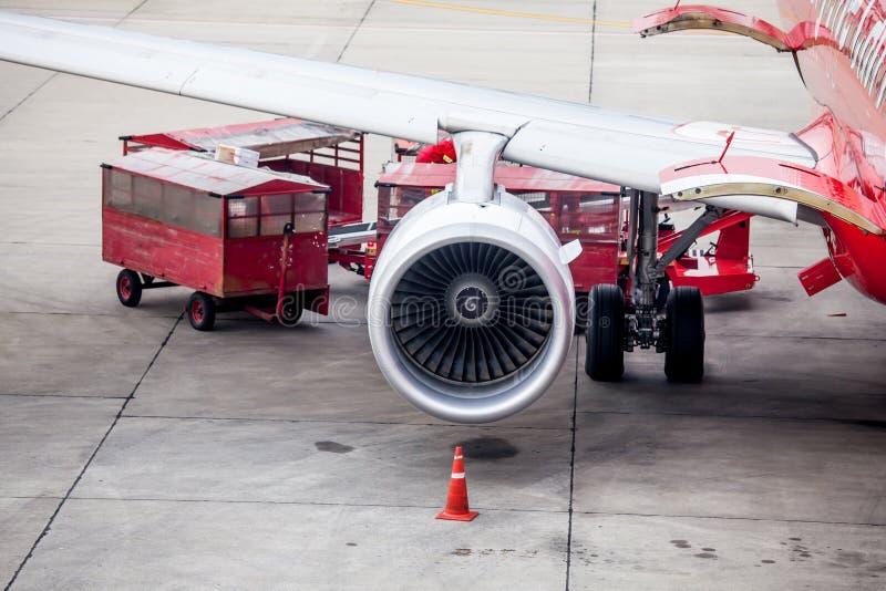 Samolotowy silnik przed ładowniczym bagażem od samolotu zdjęcia royalty free