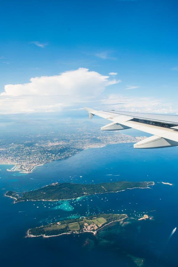 Download Samolotowy skrzydło z okno zdjęcie stock. Obraz złożonej z przestrzeń - 57652856