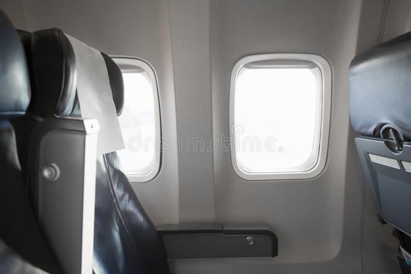 Samolotowy wewnętrzny cabine i okno z pustymi pasażera ` siedzeniami obraz royalty free