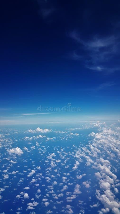 Samolotowy widok błękitny niebieskie niebo i morze obraz stock