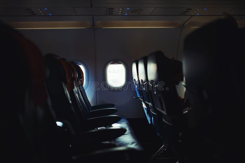 Samolotowy wnętrze, puste siedzenia i okno, fotografia stock