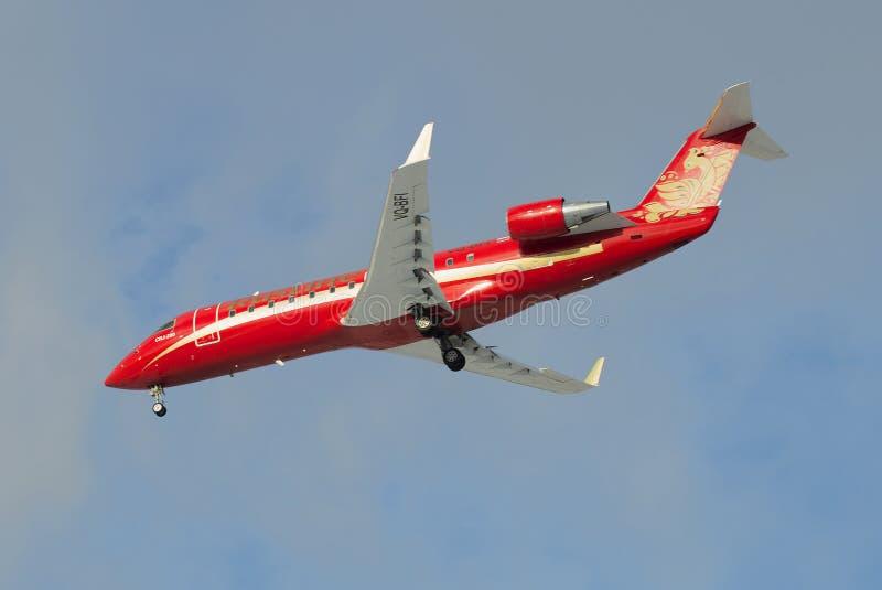 Samolotu bombardiera CRJ-200ER CRJ-200ER linie lotnicze Rusline na podejściu Pulkovo lotnisko (VQ-BFI) obraz royalty free