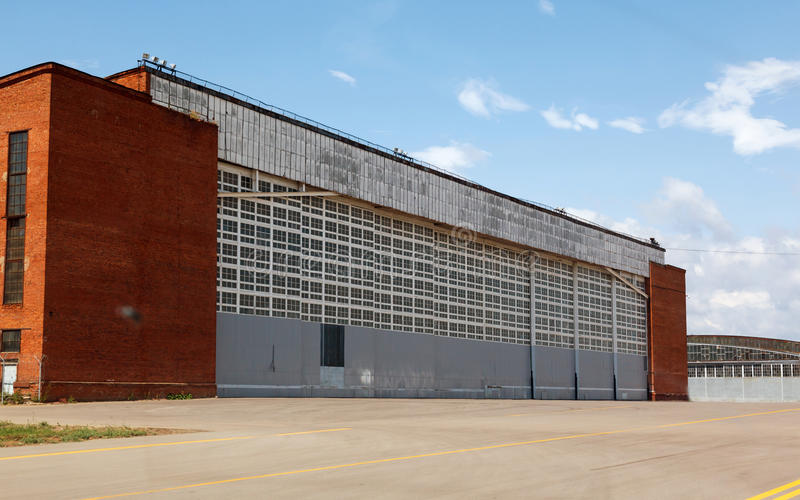 Samolotu hangar z niebieskim niebem obrazy stock
