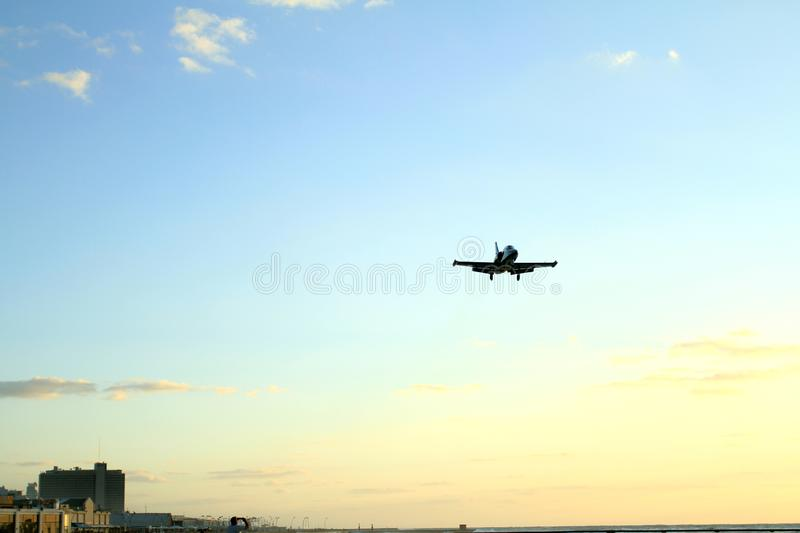 Samolotu lądowanie na mieście fotografia royalty free