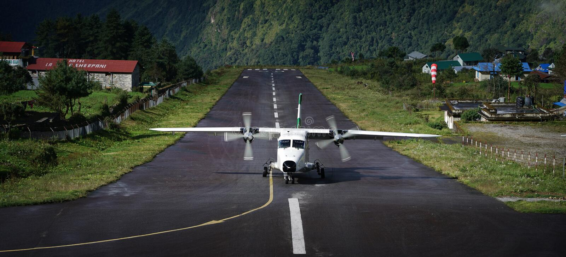Samolotu lądowanie na Tenzing†'Hillary Lotniskowym pasie startowym, Lukla Nepa obrazy royalty free