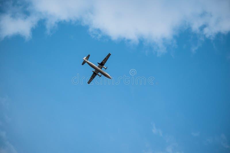 Samolotu latanie w niebie zdjęcia royalty free