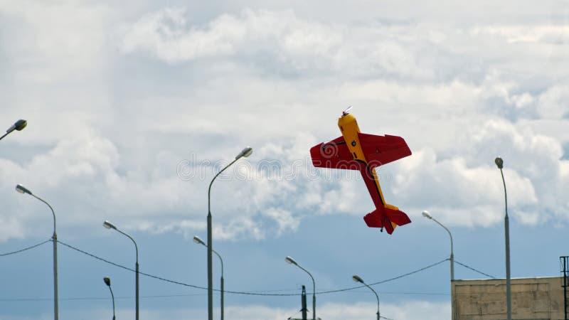 Samolotu model w miastowym niebie przeciw tłu chmury i lampiony zdjęcie royalty free