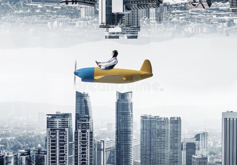 Samolotu pilot w rzemiennym hełma obsiadaniu w kabinie zdjęcia stock