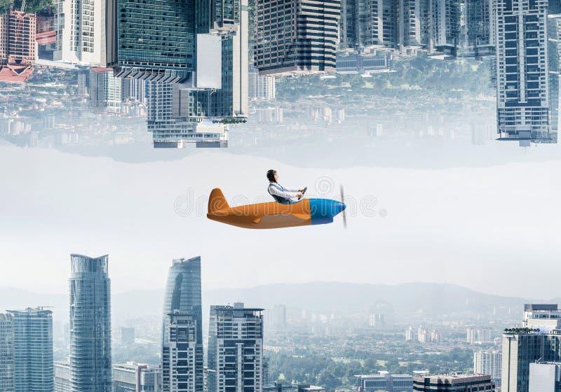 Samolotu pilot w rzemiennym hełma obsiadaniu w kabinie obrazy stock