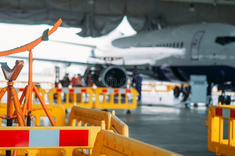Samolotu silnika utrzymanie w hangarze, naprawia fotografia royalty free