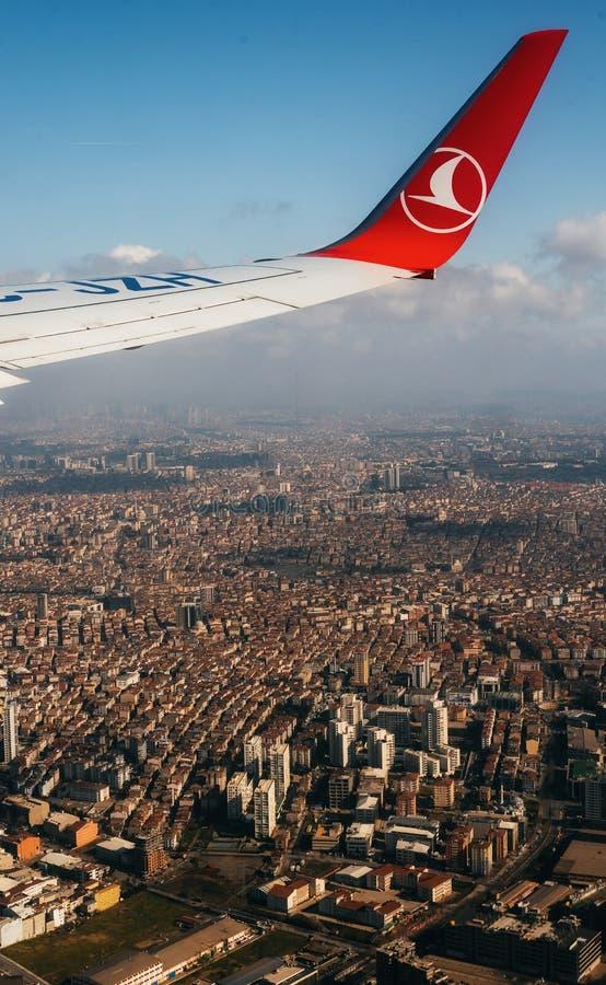 Samolotu skrzydło na niebie nad Istanbuł obrazy royalty free