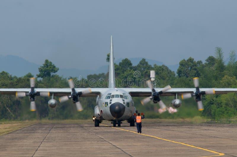 samolotu wojskowy odtransportowywa obraz royalty free