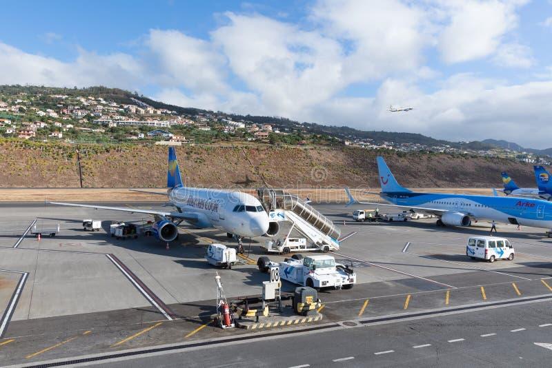 Samoloty czeka pasażerów przy lotniskiem Funchal przy maderą, Portugalia obraz royalty free