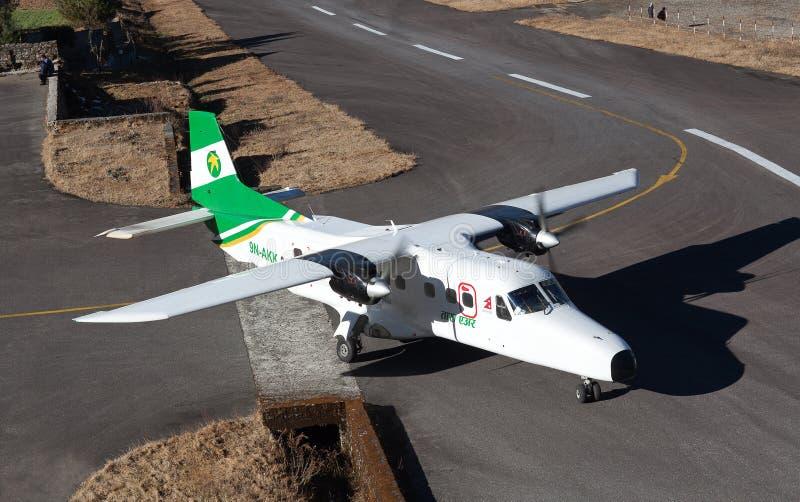 Samoloty lądujące na trasie Tenzing - Hillary Airport Runway w Lukli, Nepal Himalaya fotografia royalty free