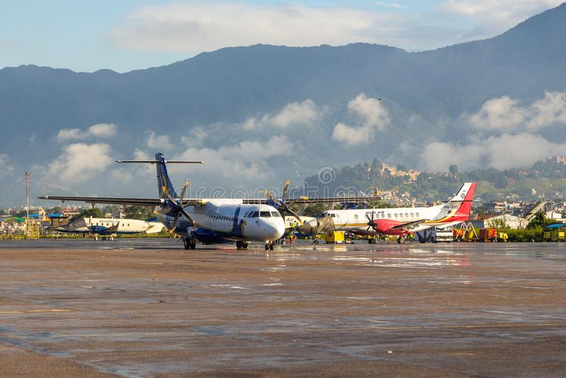 Samoloty na półkowym Tribhuvan lotnisku międzynarodowym Kathmandu zdjęcie royalty free