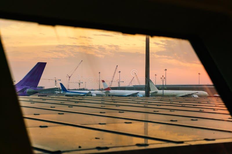 Samoloty parkują przy concourse obrazy royalty free