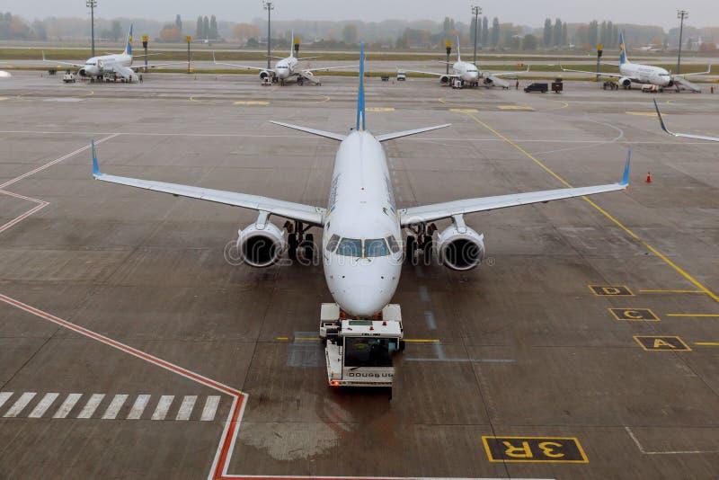 Samoloty przechodzą preflight usługa w lotnisku międzynarodowym fotografia royalty free